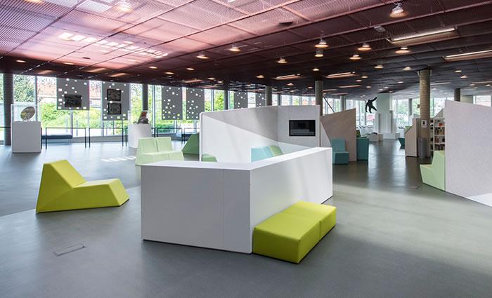 IDM Library - Médiathèque Carvin - Espace fauteuil banc
