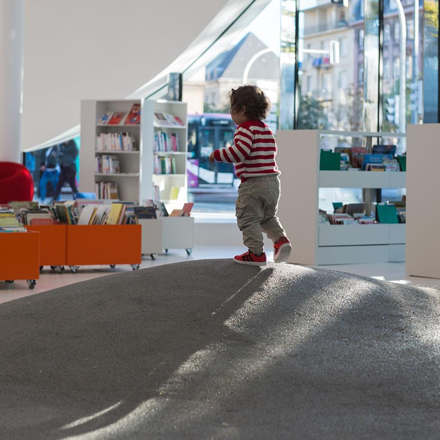 IDM Library - Médiathèque Puzzle - Rayonnage fauteuil