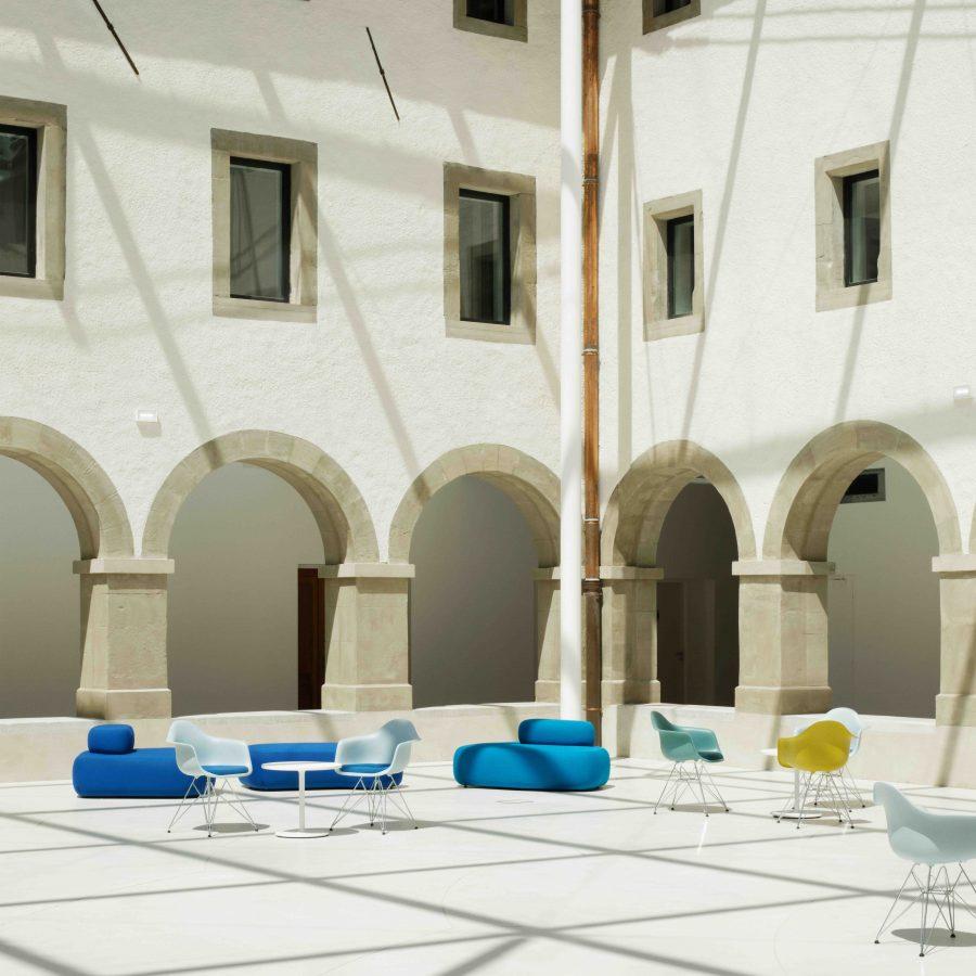 Chaises et fauteuil de la médiathèque de Thonon les Bains