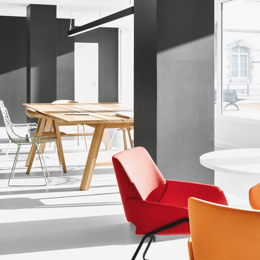Table en bois et fauteuil